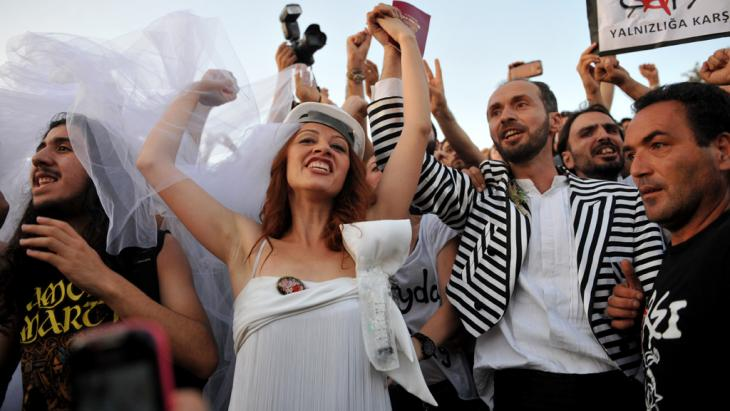 Newly married couple Nuray (left) and Ozgur chant slogans in Gezi Park on July 20, 2013 in Istanbul after being married at the Sisli district's municipal building (photo: OZAN KOSE/AFP/Getty Images)