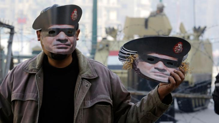 On the third anniversary of the revolution, a man sells masks of Abdul Fattah al-Sisi in Cairo (photo: AP/picture-alliance)