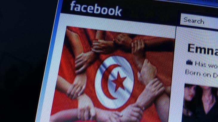 Nach dem Sturz des tunesischen Diktators Zine el Abidine Ben Ali haben viele Tunesier die Fahne ihres Landes mit Händen zu ihrem Facebook-Profilfoto gemacht; Foto: dpa