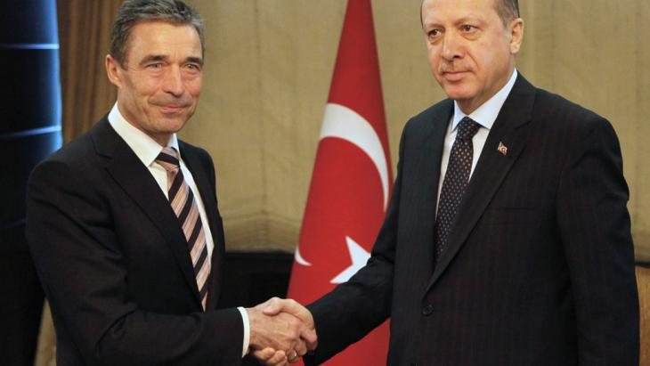 Anders Fogh Rasmussen and Recep Tayyip Erdogan shake hands in Ankara (photo: dapd)