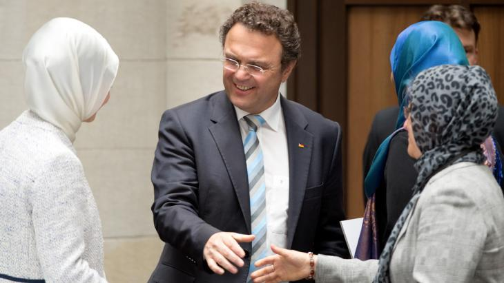 Former Interior Minister Hans-Peter Friedrich welcomes participants to the German Islam Conference (photo: dpa/picture-alliance)
