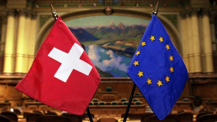 The Swiss and EU flags side by side (photo: picture-alliance/dpa)