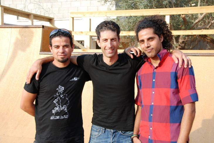 Saijid (rechts) gemeinsam mit Skatern vor der Skaterrampe in Qalqiliya; Foto: Laura Overmeyer
