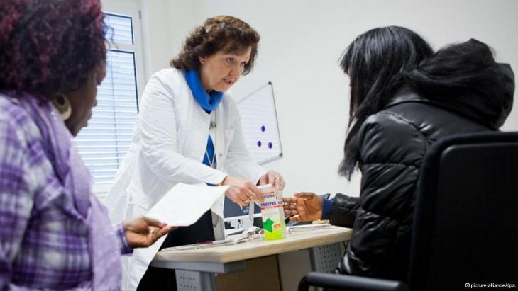 Specially qualified interpreters help during a visit to the doctor (photo: picture-alliance/dpa)