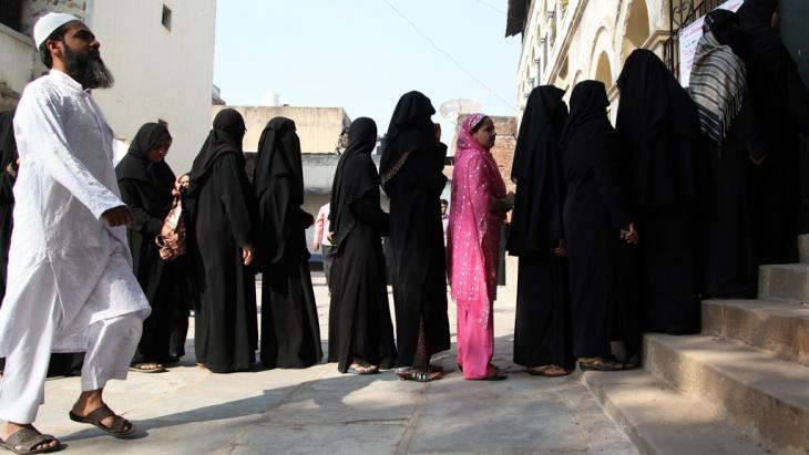 Muslims queuing to cast their votes during an election in the Indian state of Gujarat (photo: dpa/picture-alliance)