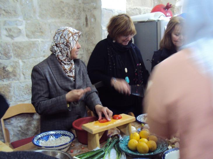 Women from the Bait al Karama initiative preparing food (photo: Ulrike Schleicher)
