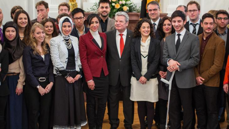 German President Joachim Gauck (centre) with members of the Young Islam Conference (photo: picture-alliance/dpa)