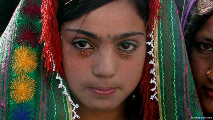 A 12-year-old girl dressed for her wedding (photo: picture alliance/dpa)