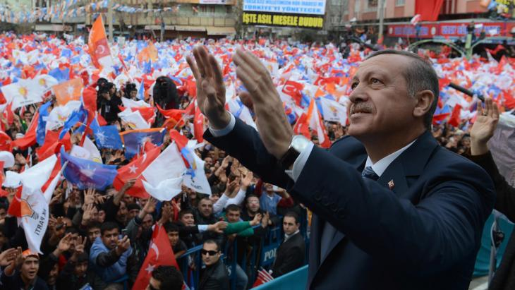 Turkish Prime Minister Recep Tayyip Erdogan addresses an AKP rally in Adiyaman, Turkey, 4 March 2014 (photo: picture-alliance/AP)