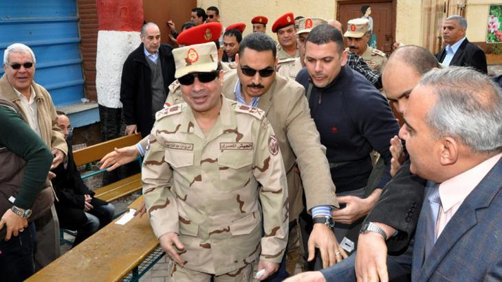 Abdul Fattah al-Sisi (centre, front) on 14 January 2014 after casting his vote for the new Egyptian constitution in a voting station in Cairo (photo: picture-alliance/dpa)