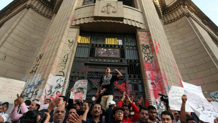 Activists of the 6 April movement demonstrating outside the Supreme Court in Cairo (photo: Reuters)