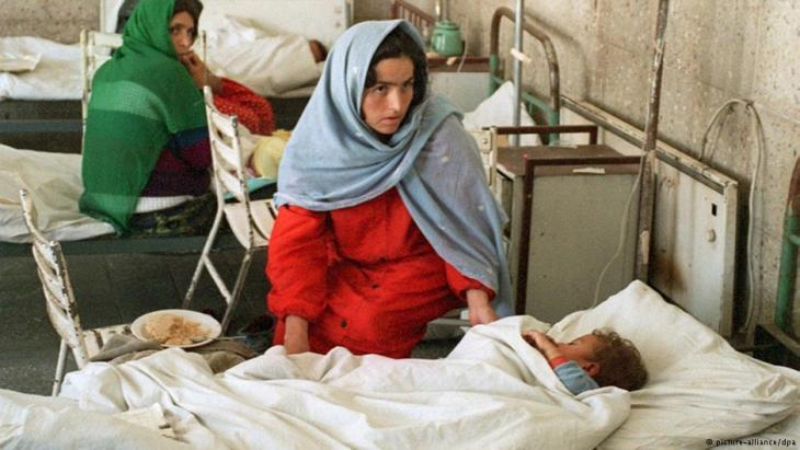 Women with children in a hospital in Kabul (photo: picture-alliance/dpa)