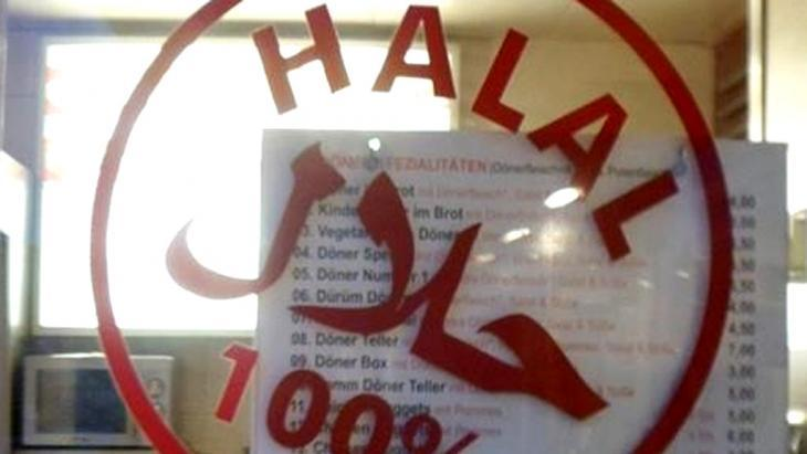 Sign for Halal produce in the window of a Turkish shop (photo: DW/S. Soliman)