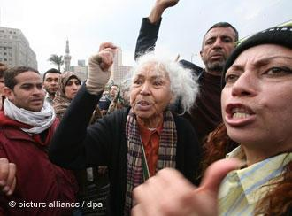 Nawal El Saadawi protesting against the Mubarak regime on Tahrir Square in Cairo on 7 February 2011 (photo: dpa/picture-alliance)