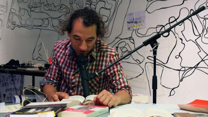 "Erdem Gunduz, the ""standing man"", during a reading (photo: DW/S. Sokolli/V. Uygunoglu)"