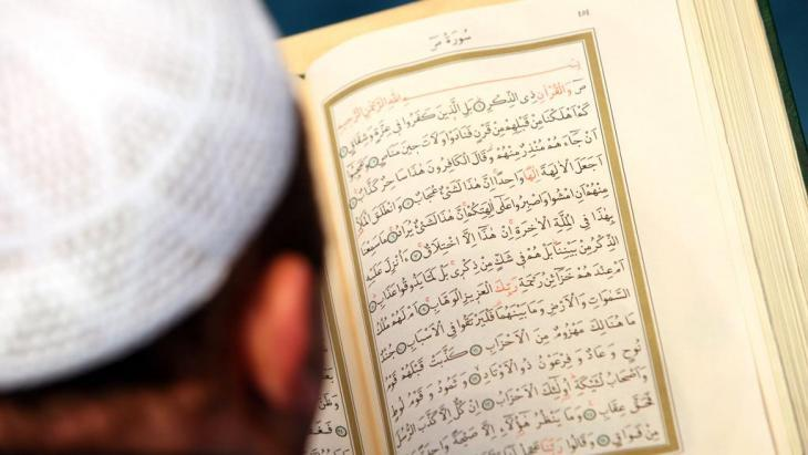 An imam reads the Koran in the Sehitlik Mosque in Berlin (photo: picture-alliance/dpa)