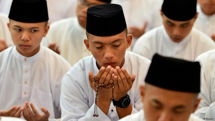 Muslims praying in the Jame'asr Hassanal Bolkiah Mosque in Bandar Seri Begawan, the capital of Brunei (photo: Reuters/Ahim Rani)
