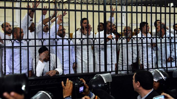 Members of the Muslim Brotherhood in the defendants' cage in a courtroom in Alexandria (photo: picture-alliance/dpa)