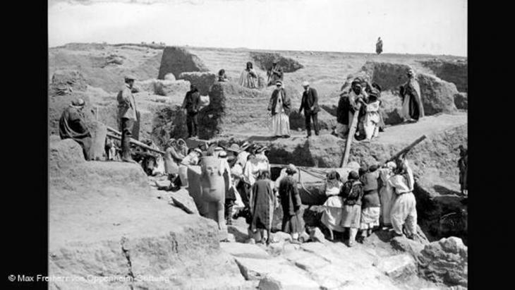Setting a statue upright in Tell Halaf in 1912 (photo: Max Freiherr von Oppenheim-Stiftung)