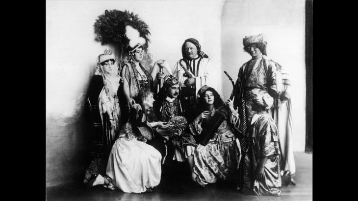 """Photo entitled """"Sultan with Entourage"""" (photo: Max Freiherr von Oppenheim-Stiftung)"""