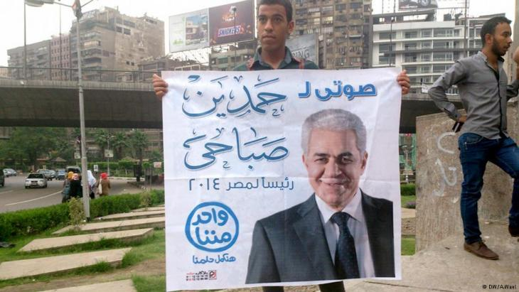 A man holds up a poster backing presidential candidate Hamdeen Sabahi (photo: DW/A. West)