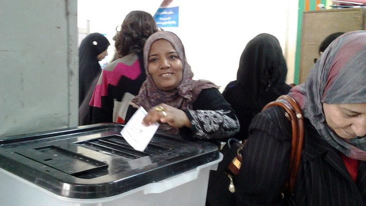 A woman casts her vote in a polling station in Cairo (photo: Mostafa Hashem/DW)