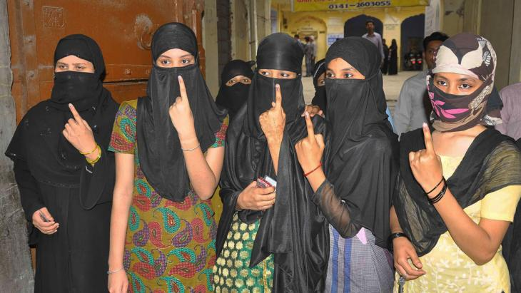 Young Muslim girls show the marks on their fingers after casting their votes in India's parliamentary elections 2014 (photo: DW/J. Sehgal)