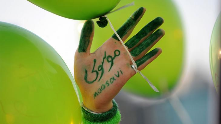 The hand of a supporter of Mir Hossein Mousavi (photo: Bulent Kilic-AFP-Getty Images)
