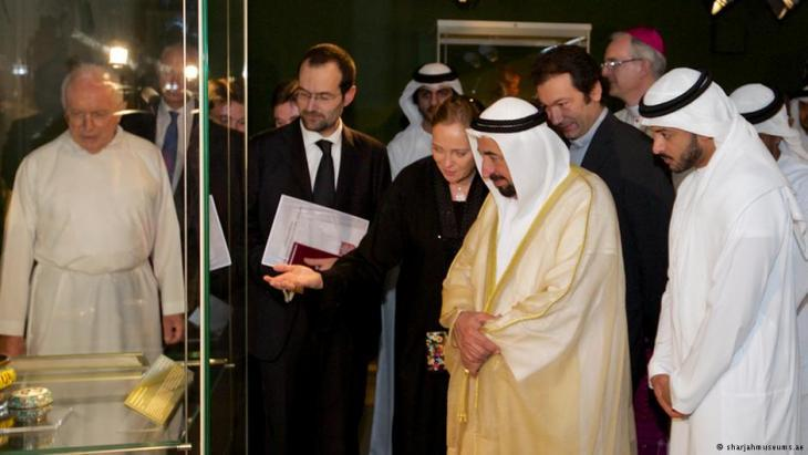 Ulrike al-Khamis showing the ruler of Sharjah, Sultan al-Qasimi, some of the exhibits (photo: sharjamuseums.ae)