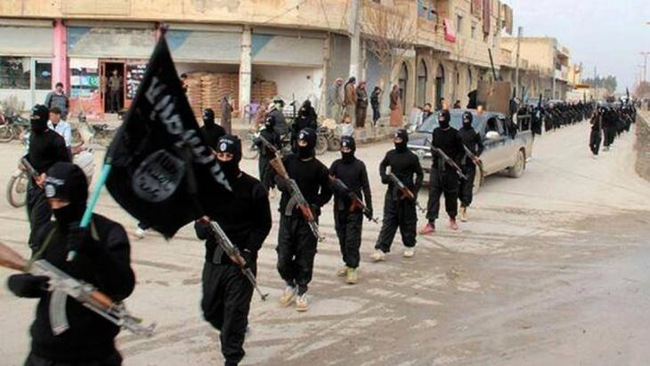 Black-clad ISIS troops in Raqqa. Photo: picture-alliance/AP Photo