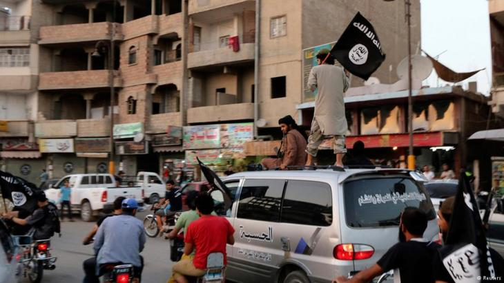 Anhänger der ISIS feiern in ar-Raqqa die Ausrufung des Kalifats; Foto: Reuters
