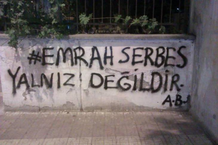 "Graffiti saying, in Turkish, ""Emrah Serbes is not alone"". Photo: binooki.com/"