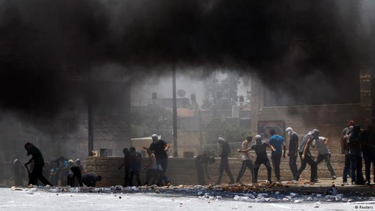 Palestinians throwing stones at Israeli soldiers. Photo: Reuters