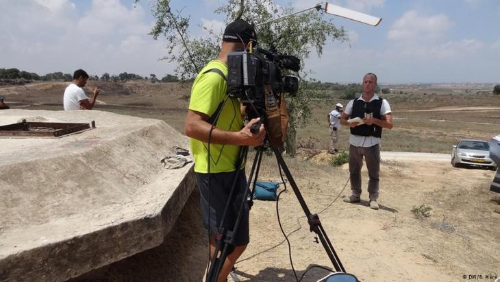 The Israeli journalist Yoav Even in front of the camera (photo: DW/Bettina Marx)