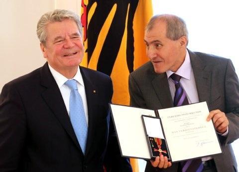 Kazim Erdogan, right, after receiving the Federal Cross of Merit from President Gauck, left (photo: dpa)