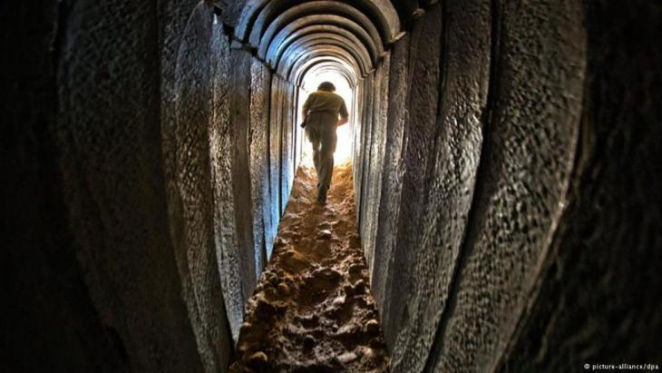 An Israeli soldier in a Hamas tunnel (photo: picture-alliance/dpa)