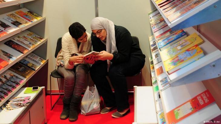 Women poring over a book at the Book Fair in Cairo (photo: DW/Amira El Ahl)
