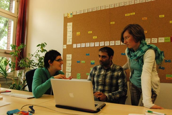 "Three members of the Arabic-language Internet-based therapy service known as ""Ilajnafsy"" in Berlin (photo: Iris Mostegel)"
