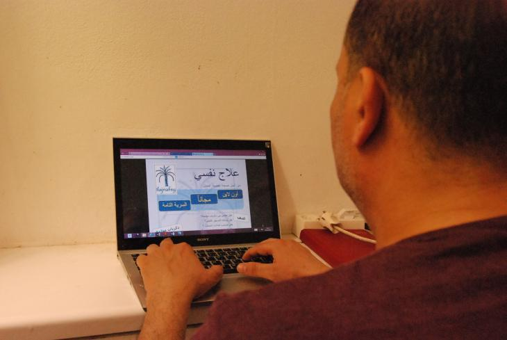 A man using a laptop (photo: Iris Mostegel)