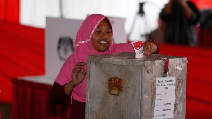 A woman casting her vote at Bojong Koneng polling station in Bogor on 9 July 2014 (photo: Reuters)