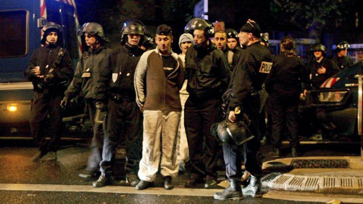 Young people and police officers in the suburb of Aulnay-sous-Bois during the unrest of 2005 (photo: dpa/picture-alliance)