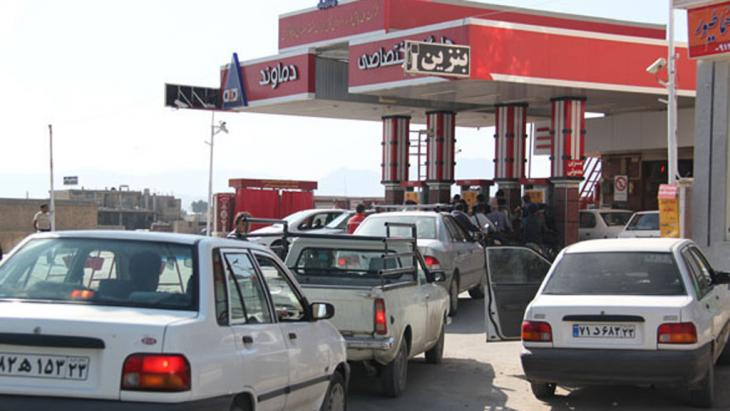 Cars queuing outside a petrol station in Iran in January 2014 (photo: imna.ir)