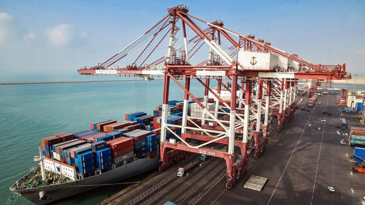 Following the easing of trade sanctions, the first container ship reaches an Iranian port (photo: IRNA)