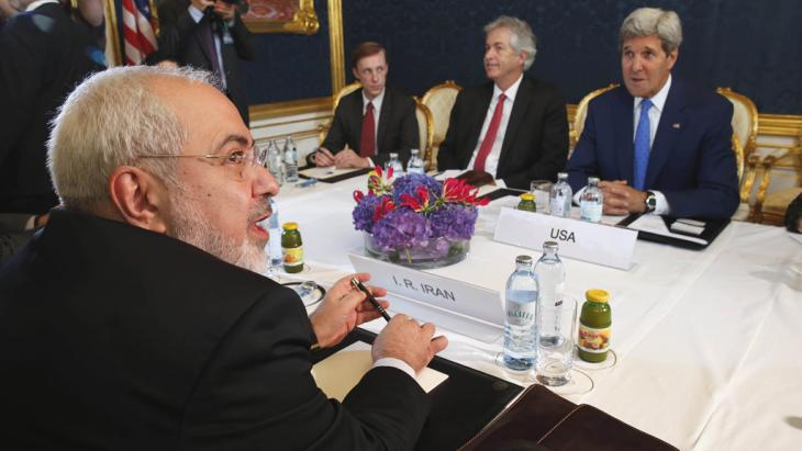 Iranian Foreign Minister Javad Zarif (foreground) holds a bilateral meeting with US Secretary of State John Kerry (background right) in Vienna, Austria, on 14 July 2014 (photo: picture alliance/AP Photo)