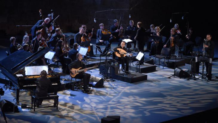 Anouar Brahem, the members of his ensemble and Tallinn Chamber Orchestra (photo: Fethi Belaid/AFP/Getty Images)