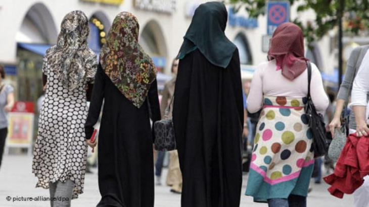 Young women wearing headscarves in Munich (photo: picture-alliance/dpa)