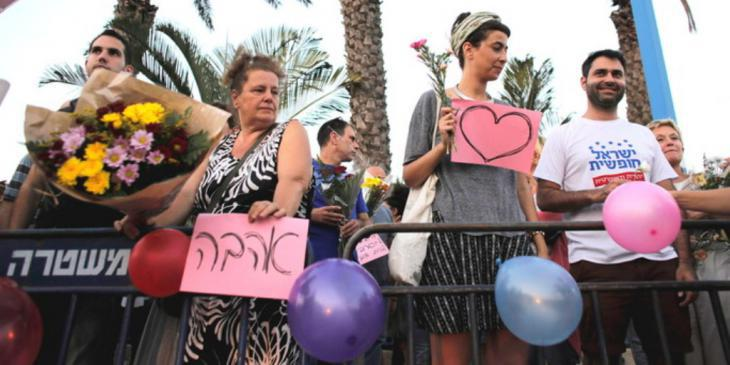 Supporters of the married couple Morel Malka and Mahmoud Masur (photo: Reuters)