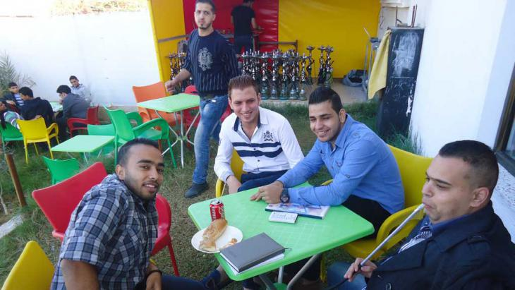 Young Palestinians in a café (photo: DW/Al-Farra)