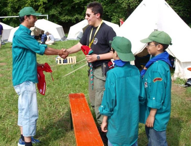 A scout leader shows some scouts how to tie knots (photo: Federation of Muslim Boy and Girls Scouts of Germany)