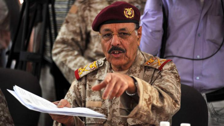 General Ali Muhsin during a meeting with Arab ambassadors in Sanaa (photo: picture-alliance/dpa)